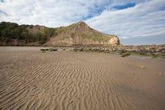 Areia e promontório Textured na baía de Cayton Fotografia de Stock Royalty Free