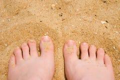 Areia entre meus dedos do pé Fotos de Stock