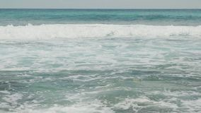 A areia fina da praia do mundo da fantasia é lavada pelas ondas espumosas do vídeo de Seychelles 4k do Oceano Índico dos azuis ce video estoque