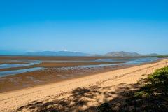 A areia maré do mar do oceano deposita a praia imagens de stock