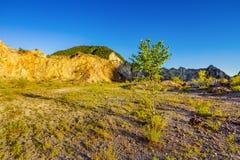 Areia, penhascos da montanha e céu azul Fotografia de Stock Royalty Free