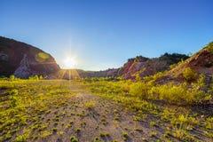 Areia, penhascos da montanha e céu azul Imagens de Stock Royalty Free