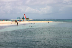 Areia, praia e catamarã fotografia de stock royalty free