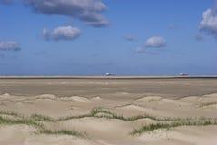 Areia, praia e navios Imagens de Stock