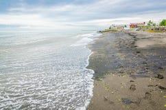 Areia preta no mar Cáspio na costa na cidade iraniana Astara, na beira de Azerbaijão foto de stock