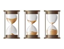 Areia que cai no hourglass. Imagens de Stock