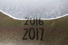 a areia 2016 2017 que escreve o ano novo substitui Fotos de Stock Royalty Free