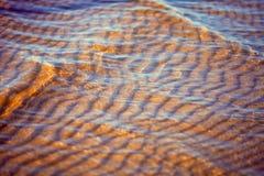 Areia sob a água clara do mar Imagens de Stock