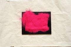 Areia vermelha em um quadro preto, vista superior Imagens de Stock