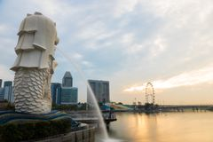 AREIAS da BAÍA do PORTO, SINGAPURA - 24 de maio de 2017: Estátua de Merlion em mim foto de stock