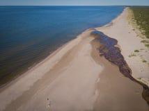 Areias e rio do Seascape no litoral ao mar imagem de stock