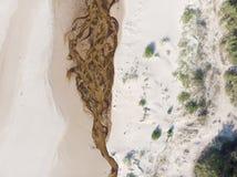 Areias e rio do Seascape no litoral ao mar imagens de stock