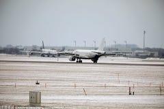 Areje a aterrissagem de Malta Airbus A319-100 9H-AEJ no aeroporto de Munich, neve em pistas de decolagem Foto de Stock