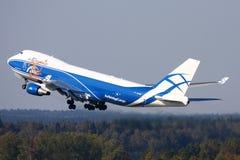 Areje a carga Boeing 747-400 da ponte que descolam no aeroporto internacional de Sheremetyevo Imagens de Stock