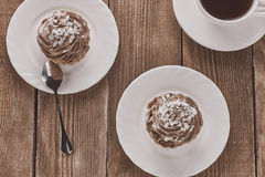 Areje o bolo em uma cesta com creme e café do chocolate Fotografia de Stock Royalty Free