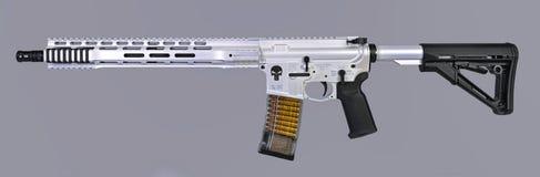 Aren Tactisch die Punisher AR15 geweer in witte parel met zwarte chroomaccenten wordt gebeëindigd royalty-vrije stock foto's