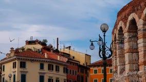 Arena antiga do anfiteatro, construções antigas e lanterna em Verona fotos de stock