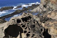 Arena aterrorizada y rocas costeras en Oregon Foto de archivo libre de regalías