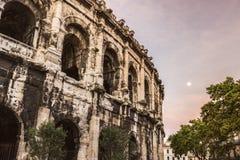 Arena av Nimes på soluppgång och moonset Royaltyfria Foton