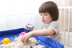 Arena cinética de los pequeños juegos de niños en casa Imagen de archivo libre de regalías