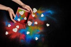Arena coloreada en un fondo oscuro imagen de archivo libre de regalías