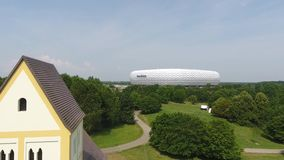Arena de Allianz con la iglesia cruzada santa almacen de metraje de vídeo