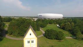 Arena de Allianz con la iglesia cruzada santa almacen de video
