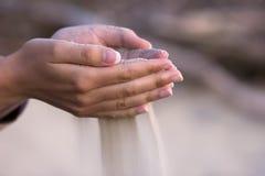 Arena de colada de las manos Imagen de archivo libre de regalías