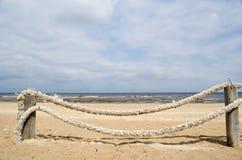 Arena de la playa de la cerca del registro de la cuerda Fotos de archivo libres de regalías