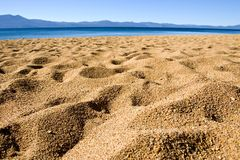 Arena de la playa y cielo azul Imagen de archivo