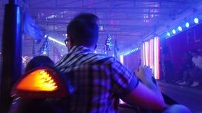 Arena de los coches de parachoques del parque de atracciones metrajes