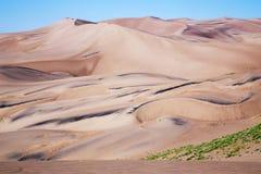 Arena de oro lisa en el gran parque nacional de las dunas de arena y pre imagenes de archivo