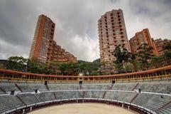 Arena de toros med lägenhetskyskrapor Royaltyfri Foto