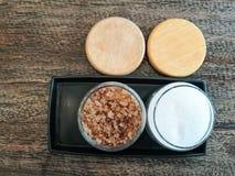 Arena del azúcar blanco y marrón en vidrio imagen de archivo