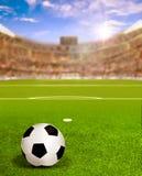 Arena del fútbol con la llamarada de Sun y bola en campo Fotografía de archivo