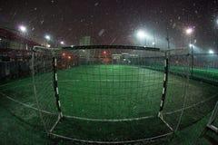 Arena del fútbol en proyectores brillantes iluminados noche Imágenes de archivo libres de regalías