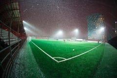 Arena del fútbol en proyectores brillantes iluminados noche Foto de archivo libre de regalías