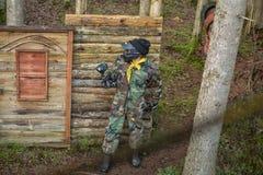 Arena del patio del juego de Paintball con los armas y el entrenamiento de la máscara Imagenes de archivo