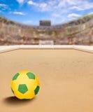 Arena di calcio della spiaggia con la palla sullo spazio della copia e della sabbia Immagine Stock