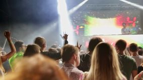 Arena di concerto illuminata da luce variopinta stock footage