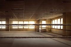 Arena di pugilato vuota dell'anello per prepararsi immagini stock libere da diritti