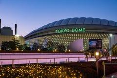 Arena di Tokyo Dome che costruisce colpo stretto all'ora blu fotografie stock libere da diritti