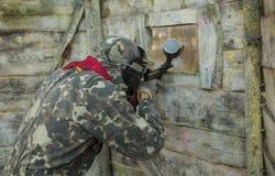 Arena do campo de jogos do jogo do Paintball com armas e treinamento da máscara Fotografia de Stock