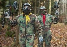 Arena do campo de jogos do jogo do Paintball com armas e treinamento da máscara Imagem de Stock Royalty Free