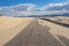 Arena en el camino vacío del desierto Fotografía de archivo libre de regalías
