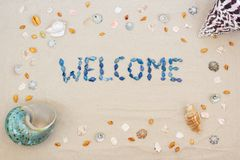 Arena en la playa en verano, la recepción de la inscripción de las cáscaras en la arena Endecha plana Visi?n superior imagen de archivo libre de regalías