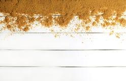 Arena en una superficie de madera blanca Textura de madera El concepto de relajación en el mar ¡La estación de la playa del veran Fotos de archivo