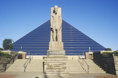 A arena esportiva da pirâmide em Memphis, TN com a estátua de Ramses na entrada imagens de stock royalty free