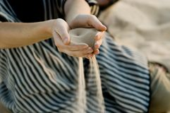 Arena fina que se escapa a través de las manos - desierto de Sáhara Fotos de archivo libres de regalías