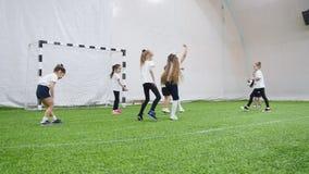 Arena interna do futebol Crianças felizes que jogam o dodgeball video estoque
